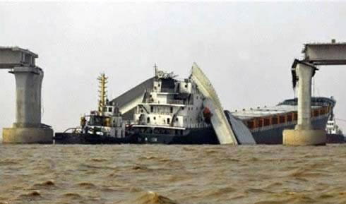 Battle between a ship and a bridge